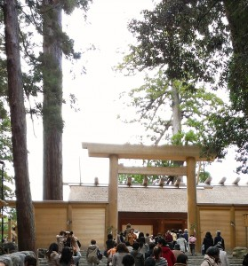 新しく造り替えられた、伊勢神宮内宮の正殿を下から臨む!